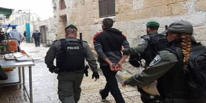 Occupation forces arrest three Palestinians in the West Bank