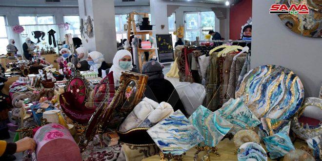 Des dizaines de projets productifs exposent leurs produits dans le salon et le bazar «Créativité» à Homs