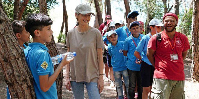 Госпожа Аль-Асад посетила лагерь «Юные путешественники» в Латакии