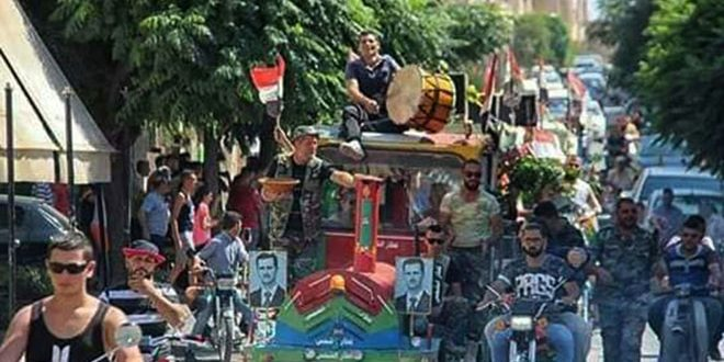 Жители города Мхарда празднуют победу над террористами на севере провинции Хама