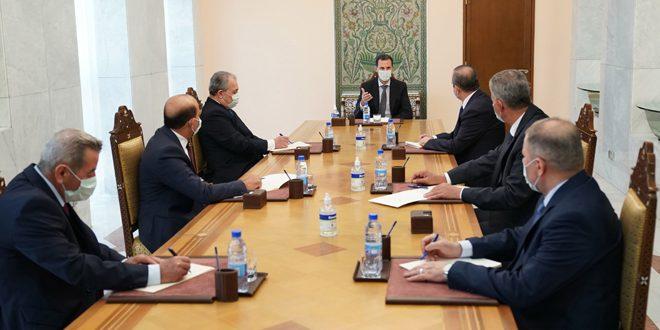 Cumhurbaşkanı Beşşar el Esad Rakka, Kunaytra, Deyrezzor ve İdlib illerine atanan yeni valilerin yasal yeminler etmeleri ardından onlarla iş toplantısında bulunuyor