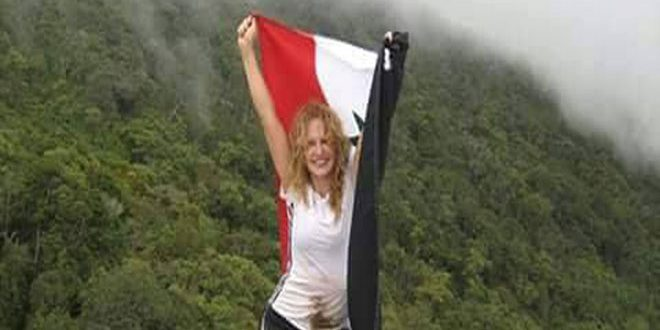 Syrian expatriate raises Syrian flag at summit of Pico Naiguata