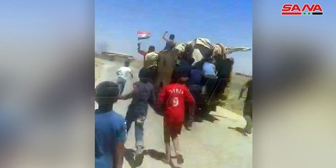People of Farfara village in Hasaka countryside intercept a convoy of US occupation forces