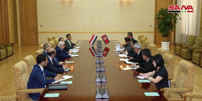 Al-Moallem y Yong Hu firman un memorando de entendimiento para consultación política entre Siria y Corea Democrática