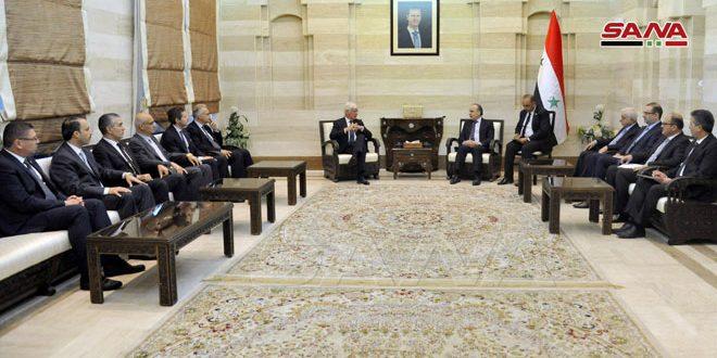 Khamis explica a una delegación italiana las medidas gubernamentales para enfrentar el bloqueo