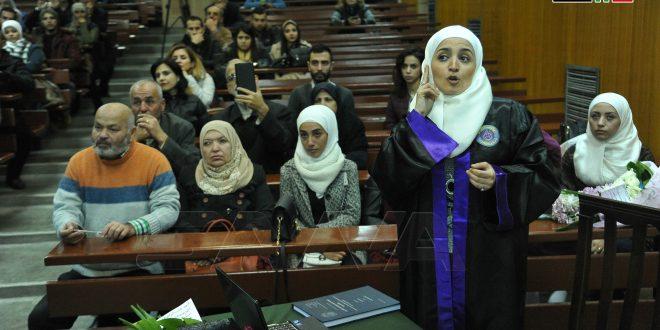 Por primera vez en Siria, una estudiante de la Facultad de Sociología debate su maestría utilizando el lenguaje de señas