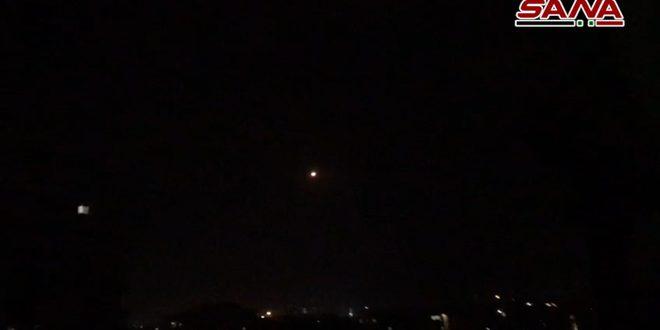 Los medios de defensa antiaérea abren fuego contra blancos aéreos hostiles en el cielo de las inmediaciones de Damasco