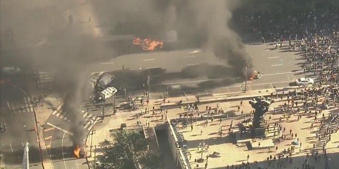 Vean cómo los vehículos de policía en EE.UU arden en fuego