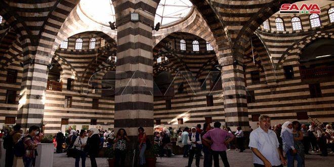 Jóvenes sirios exhiben sus obras artísticas