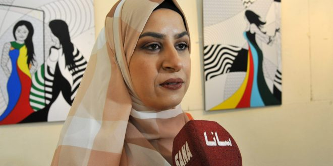 Artista siria discapacitada exhibe sus obras de arte sobre temas femeninos