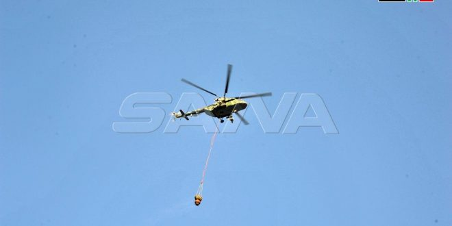 En fotos: helicópteros del ejército participan en extinción de incendios en el monte Sharaa