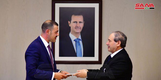 Mekdad recibe credenciales del nuevo embajador de Serbia en Siria