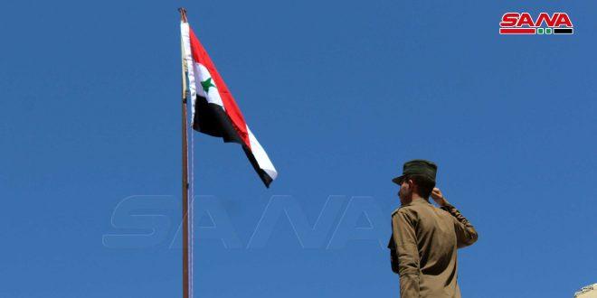Izan bandera nacional en la comisaría de policía de Tafas/Deraa