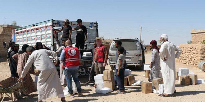 توزیع کمک ها میان خانواده های آسیب دیده در حومه جنوبی حسکه توسط هلال احمر