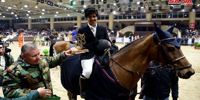 Le chevalier Fares Jeneidi remporte le titre au Championnat du grand prix à l'édition internationale d'équitation d'al-Wafa