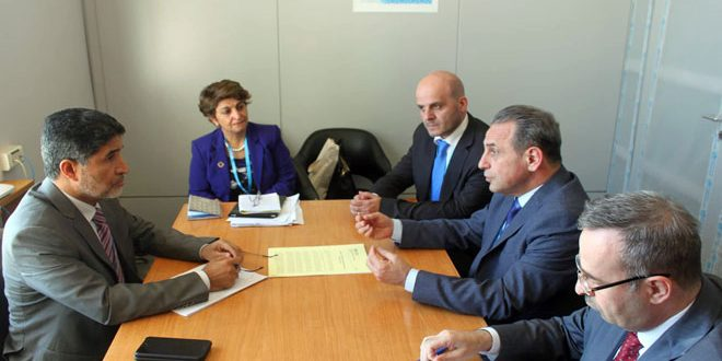 Yazji discute avec des responsables de l'(OMS) et son homologue cubain de la coopération bilatérale