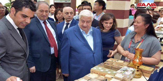 Mouallem visite le pavillon syrien à l'Exposition Internationale Horticole de Pékin