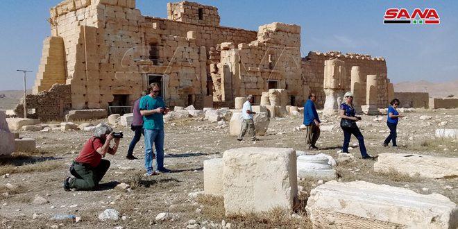 Des touristes de nationalités différentes visitent la ville de Palmyre