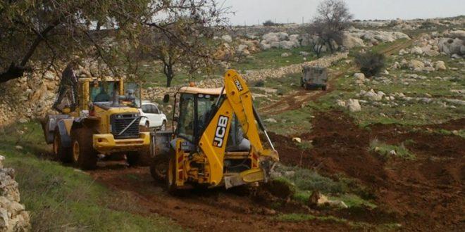 מתנחלים ישראליים פורצים לעיירה תרמסעיא צפונית לרמאללה וגורפים אדמות חקלאיות