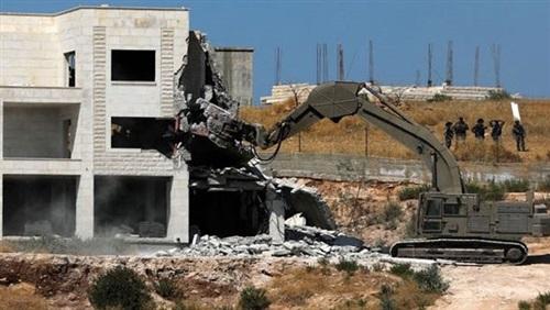 כוחות הכיבוש הורסים בית בקלנסווה בשטחים הפלסטינים הכבושים מאז שנת 1948