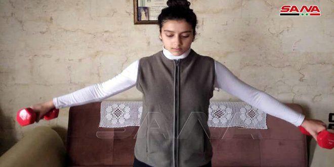 הספורטאים בעיר לטקיה מתאמנים בבתיהם לשמור על הכושר הגופני שלהם