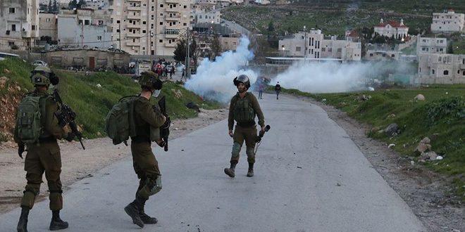 מספר פלסטינים סבלו מחנק במהלך פשיטתם של כוחות הכיבוש על העיירה אל-שיוח' שבצפון חברון