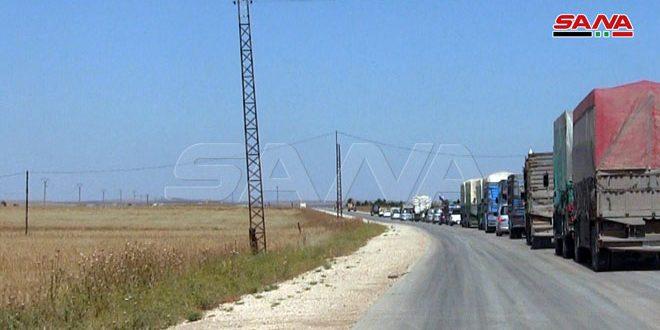 שיירות של כלי רכב ומשאיות בכביש המהיר M 4 בפרבר אל-חסכה בעקבות אבטחתו על ידי יחידות הצבא