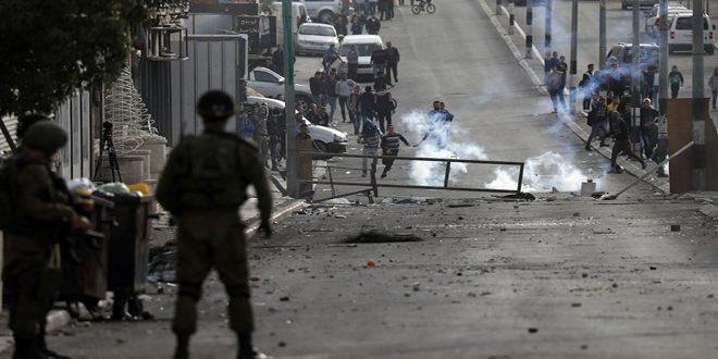 עשרות פלסטינים לקו בחנק במהלך פריצה ישראלית לחברון