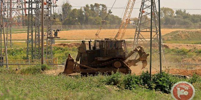 כלי רכב של הכיבוש הישראלי חודרים לצפון רצועת עזה הנצורה