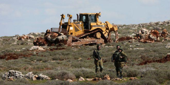 מתנחלים ישראלים גורפים שטחים מאדמות הפלסטינים בדרום חברון