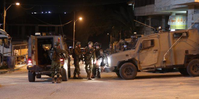 הכוחות הישראליים עצרו שני פלסטינים בגדה המערבית