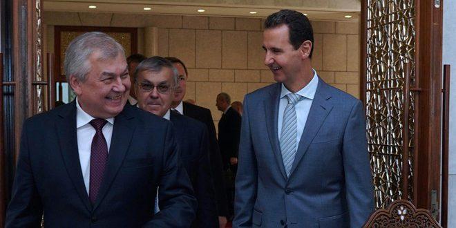 Cumhurbaşkanı Beşşar el Esad Rusya Başkanının Suriye özel temsilcisi Aleksander Lavrentiev, Rusya Dışişleri Bakan Yardımcısı Sergey Verşinin ve beraberlerindeki heyeti ile toplantıda bulunuyor