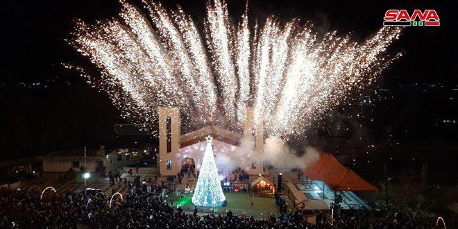 Büyük Bir Kutlamayla Noel Ağacı Aydınlatıldı