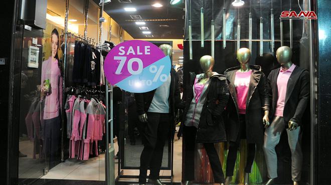 614008e4f ... أسعار الملابس إلى مستويات خيالية رغم عروض التخفيضات التي وصلت إلى بين  50 و70 بالمئة إضافة إلى إطلاق عروض تنزيلات على موديلات الموسم الماضي بتخفيض  يصل ...