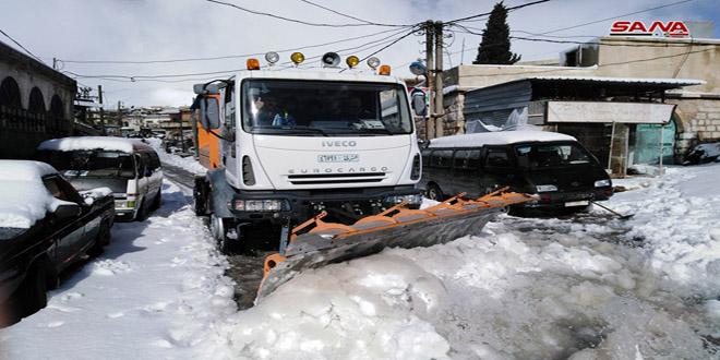 مواصلة أعمال إزالة الثلوج وفتح الطرقات في بلدة حضر بالقنيطرة