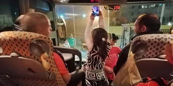 طفلة عراقية تصر على الصعود إلى حافلة نسور قاسيون في مدينة البصرة والتقاط سيلفي معهم