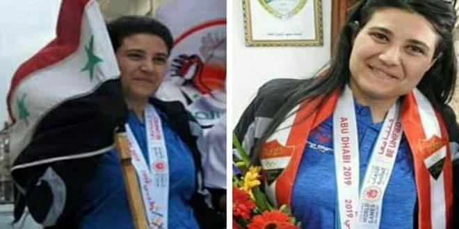 شابة سورية تتغلب على التوحد وترفع علم سورية في سماء دبي
