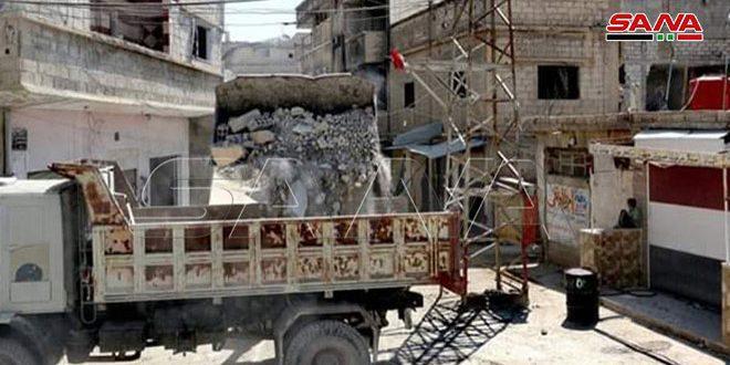 ترحيل الأنقاض في تجمع حجيرة للنازحين بريف دمشق