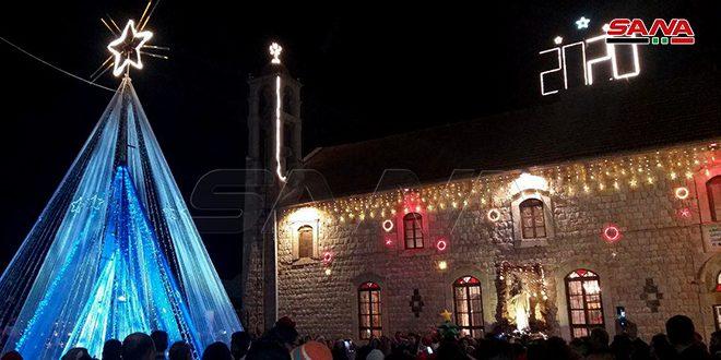 إضاءة شجرة الميلاد وافتتاح المغارة والسوق الخيري الأول في كنيسة مار إلياس بربلة في ريف حمص