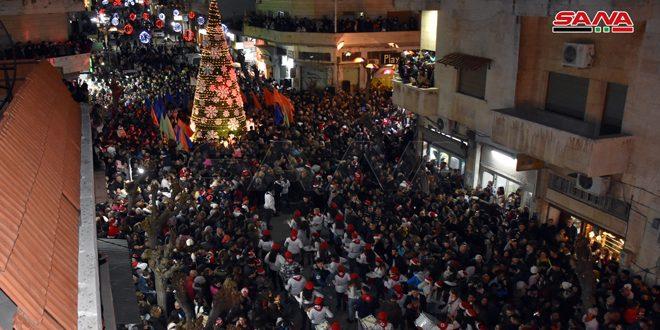 إضاءة شجرة الميلاد في مدينة محردة احتفالاً بأعياد الميلاد ورأس السنة الميلادية
