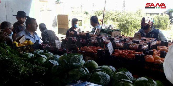 السوق الشعبي في أم العمد بحمص… مبادرة أهلية بدعم حكومي لخفض الأسعار وكسر حلقات الوساطة