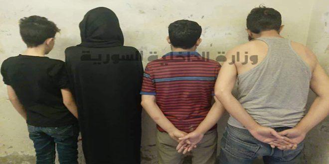 القبض على خمسة أشخاص من مروجي المواد المخدرة بدمشق بينهم امرأة تستغل طفلها للترويج