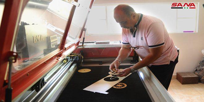 استخدام الليزر بحرفة الحفر والقص… تقنية متطورة في حاضنة دمر للفنون الحرفية