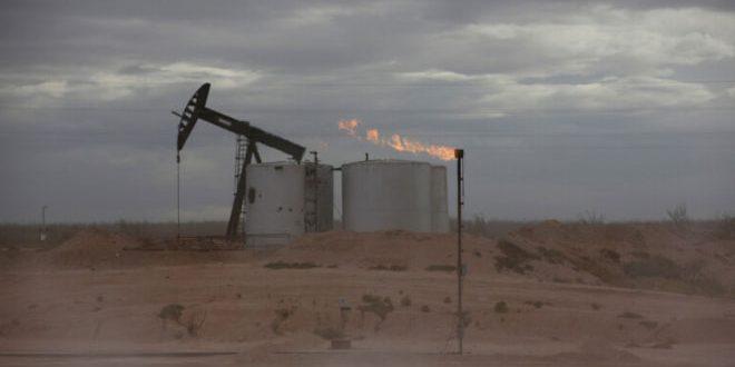 النفط يهوي أكثر من 5 بالمئة مع تنامي الجائحة وصعود الإنتاج الأمريكي
