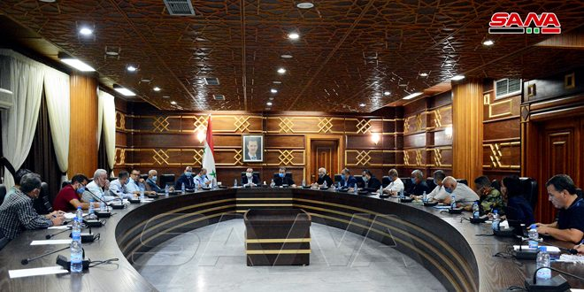 متابعة تقديم الخدمات واحتياجات الأسر المتضررة جراء الحرائق في اجتماع بمحافظة اللاذقية
