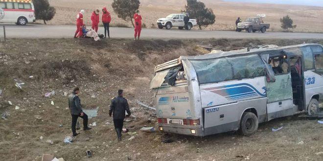 وفاة خمسة أشخاص إثر تدهور حافلة لنقل الركاب على أوتستراد دمشق حمص