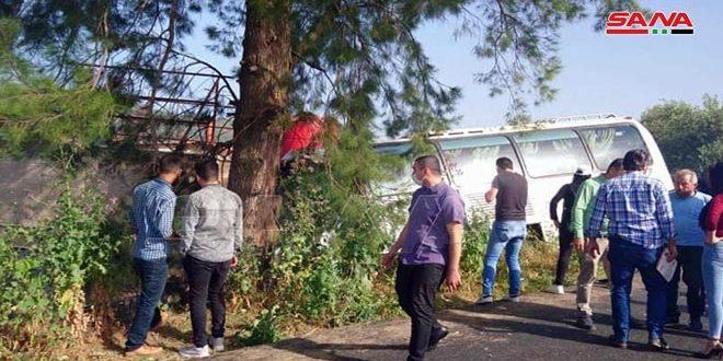 إصابة 15 طالباً وطالبة جراء تدهور حافلة تقل طلاباً من جامعة الحواش الخاصة