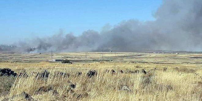 إخماد حريق نشب في حقول قمح بين محافظتي درعا والقنيطرة