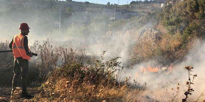 فرق الإطفاء تعمل على إخماد حريق واسع بمحاصيل زراعية وأشجار مثمرة في ريف حمص الغربي