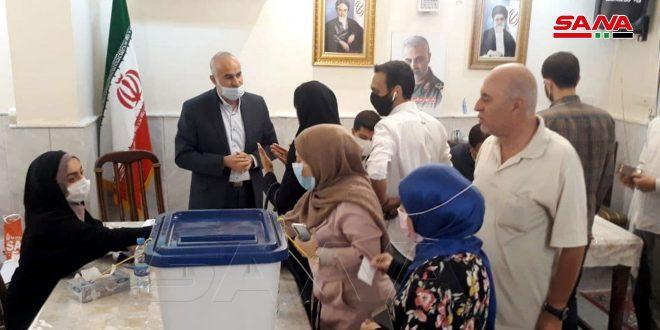 الإيرانيون في سورية يدلون بأصواتهم في الانتخابات الرئاسية في السفارة الإيرانية بدمشق